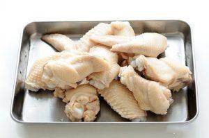 Thịt gà chặt miếng và đun sôi