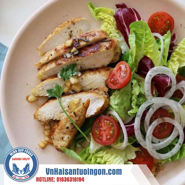 Ức gà salad