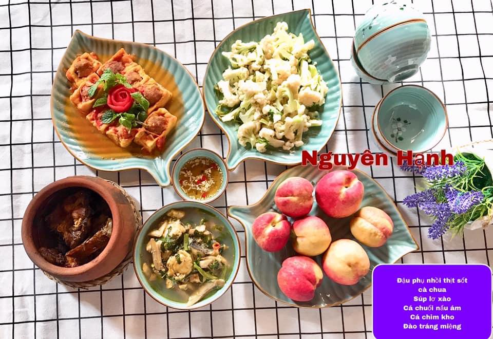 Đậu phụ nhồi thịt sốt cà chua, súp lơ xào, cá chim kho, cá chuối nấu ám