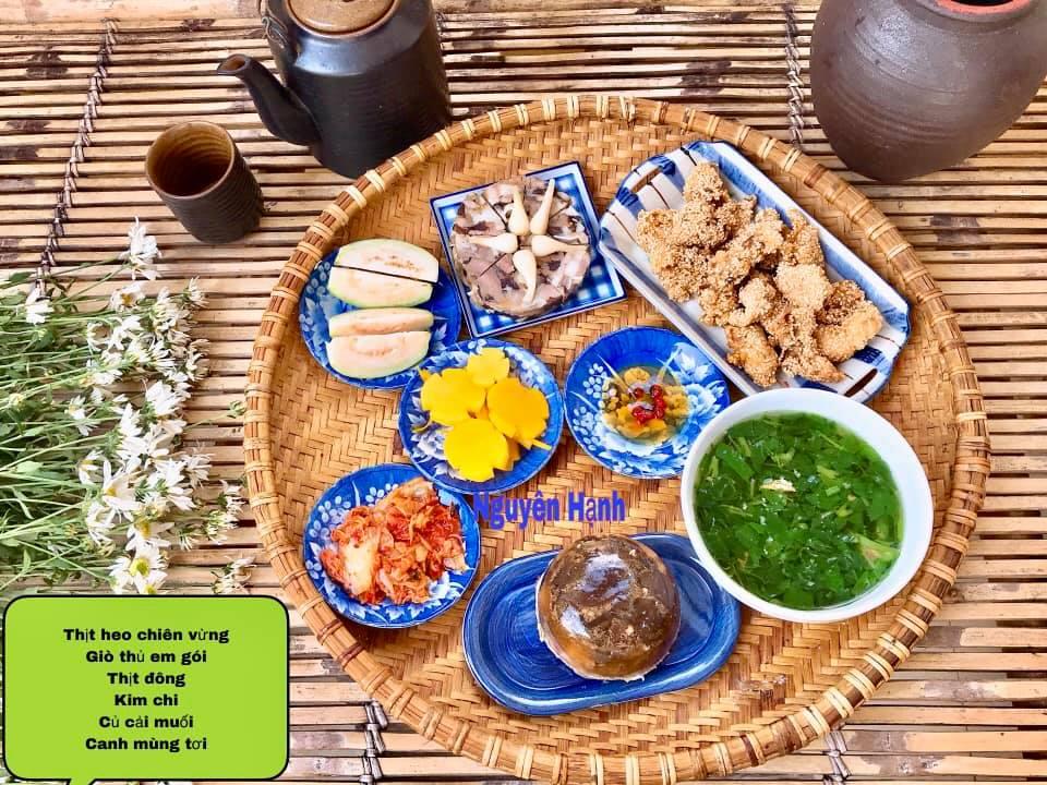 Thịt heo chiên vừng, giò thủ, thịt đông, kim chi, củ cải muối, canh mồng tơi