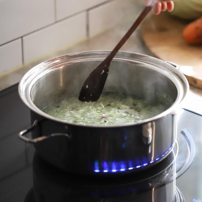 Mách các mẹ cách nấu cháo thịt bò bông cải cho bé vừa nhanh vừa ngon lại đủ dinh dưỡng