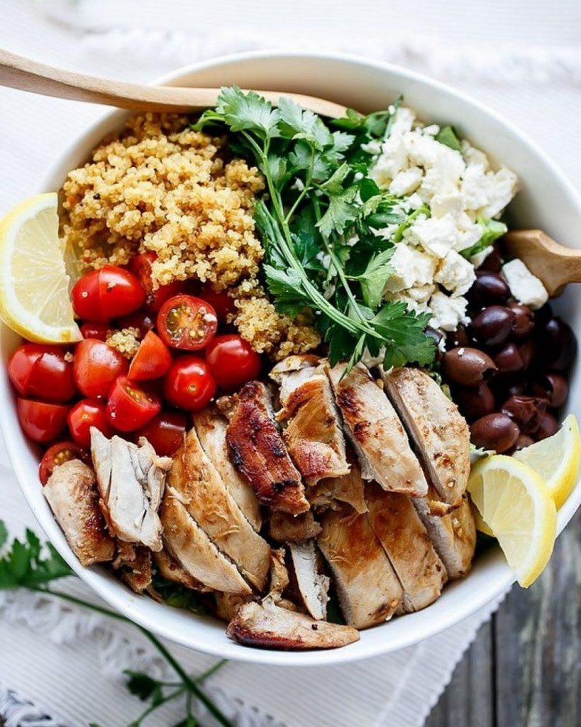 Thực đơn bữa ăn tối gồm cá ngừ và ít rau củ quả