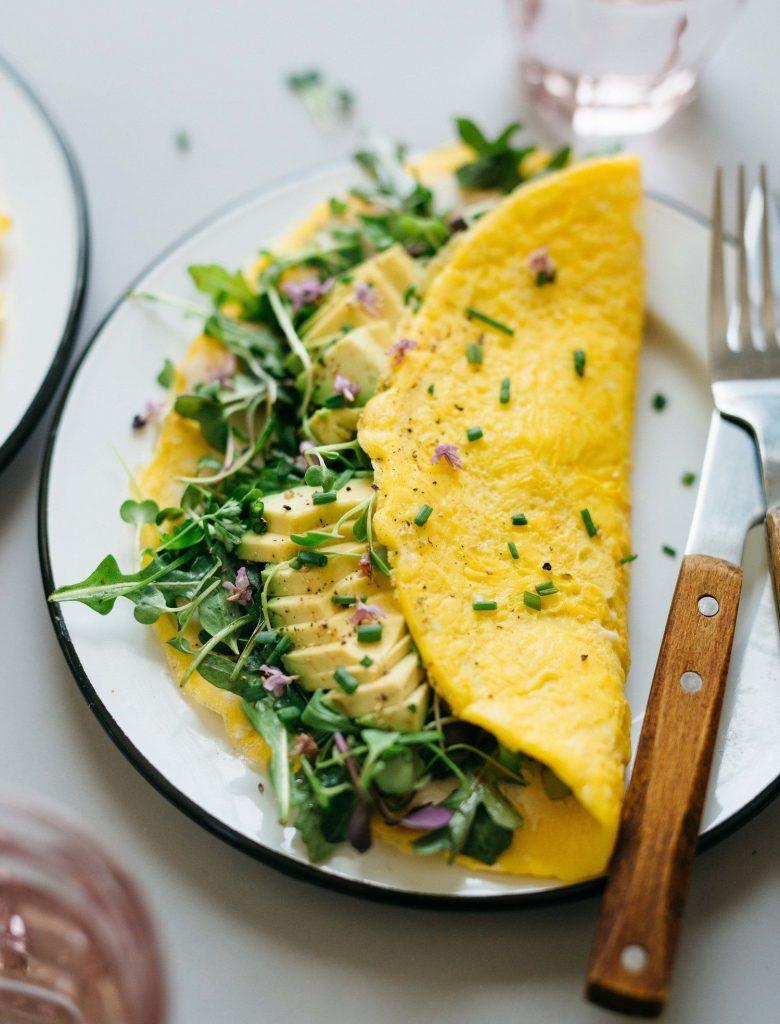 Bữa sáng ngày đầu tiên với trứng ốp lá và rau củ