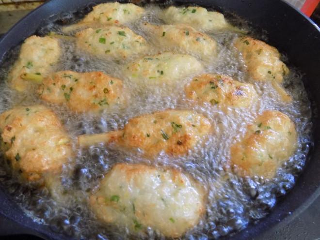 Bắc chảo dầu lên bếp, chờ dầu hơi nóng thì cho từng ít chạo tôm vào chiên với lửa vừa.