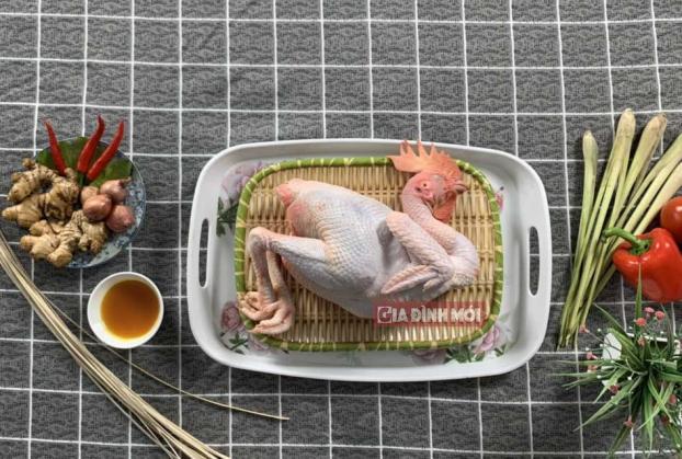 Chọn gà không quá già và không quá non là nguyên liệu làm món gà luộc
