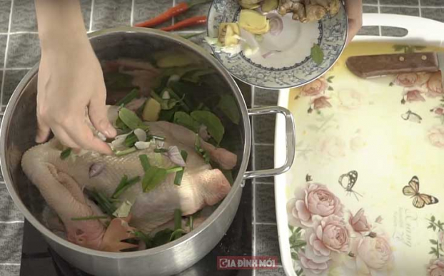 Sau khi cho gà vào nồi thì phủ thêm nguyên liệu