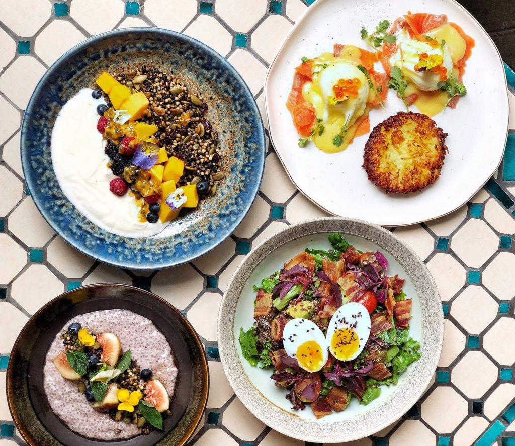 Bạn có thể trải nghiệm hương vị của nhiều món như salad, avocado on toast (bánh mì nướng giòn kết hợp bơ, cà chua bi, phô mai feta và húng quế), trout tartine (bánh mì ăn kèm cá hồi, kem chua Pháp, bơ, hành phi)... Ngoài ra, quán còn phục vụ món Việt như phở, bún thịt nướng và các loại thức uống, bánh hấp dẫn. Mức giá dao động từ 50.000-550.000 đồng. Ảnh: The Vintage Emporium Thao Dien.
