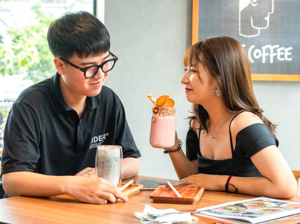 The Coffee Club Vietnam - 14S1 đường số 38, quận 2: Địa điểm này không chỉ phục vụ những tách cà phê thơm ngon mà còn là nơi bạn có thể thưởng thức các món ăn hấp dẫn. Không gian tại đây thanh lịch, thoáng mát. Tiệm cũng tận dụng ánh sáng tự nhiên qua các khung cửa sổ tạo sự gần gũi, thân thiện với thực khách. Ảnh: The Coffee Club Vietnam, Iamfoodtester.