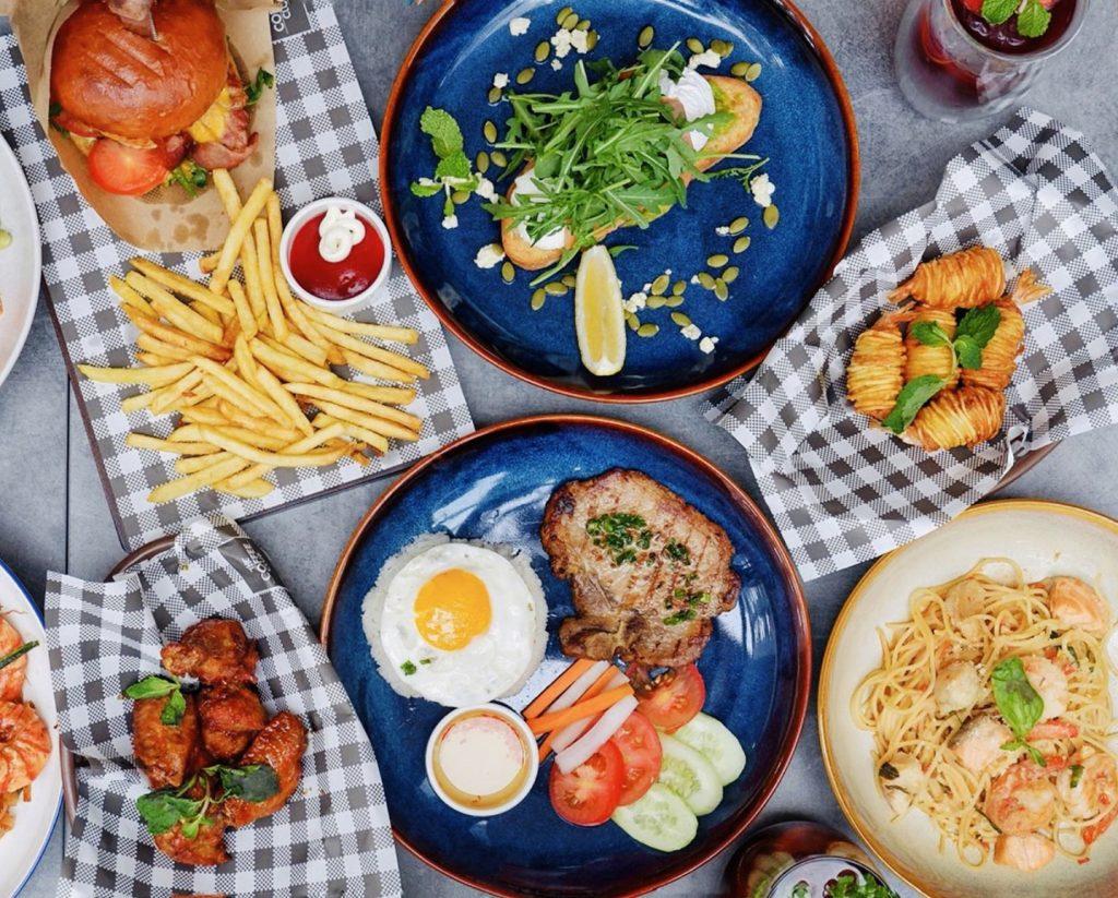 Thực đơn nhà hàng đa dạng với các hương vị Á - Âu. Bạn có thể thưởng thức đặc sản từ nhiều quốc gia khác nhau như spaghetti hải sản, cá hồi nướng, pad Thái, hamburger, sandwich, salad... Bên cạnh các món ăn được trang trí bắt mắt, những loại thức uống đá xay hay sinh tố cũng giúp bạn cảm thấy ngon miệng hơn. Mức giá từ 50.000-310.000 đồng. Ảnh: Chanlovesfoods.