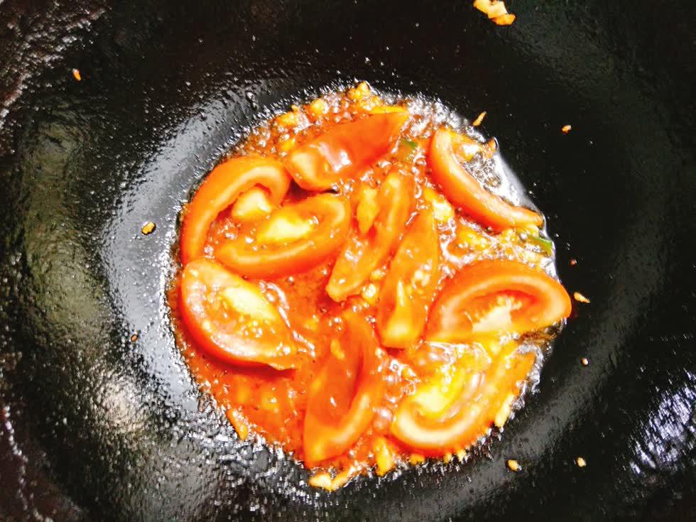 Tạo sốt cà cua trên bếp dầu nóng