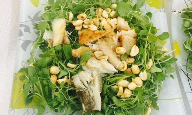 Chiên cá đù và xé nhỏ trộn với rau mầm, lạc rang