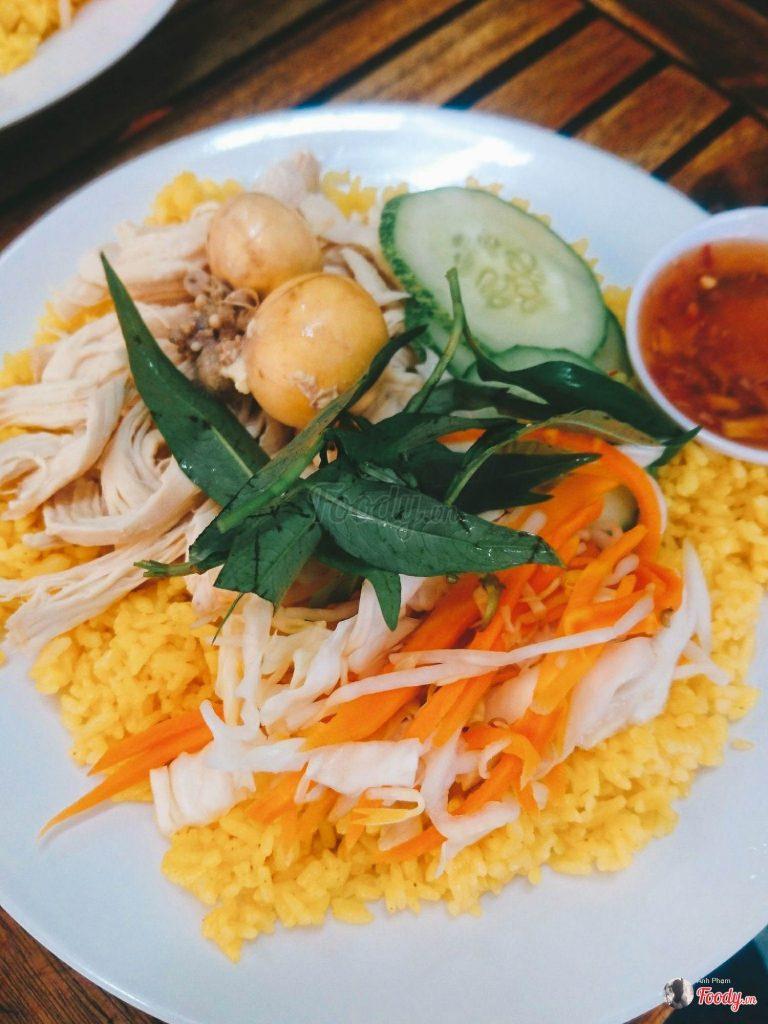 Cơm gà xé trứng non ăn kèm với rau răm, đồ chua và nước mắm