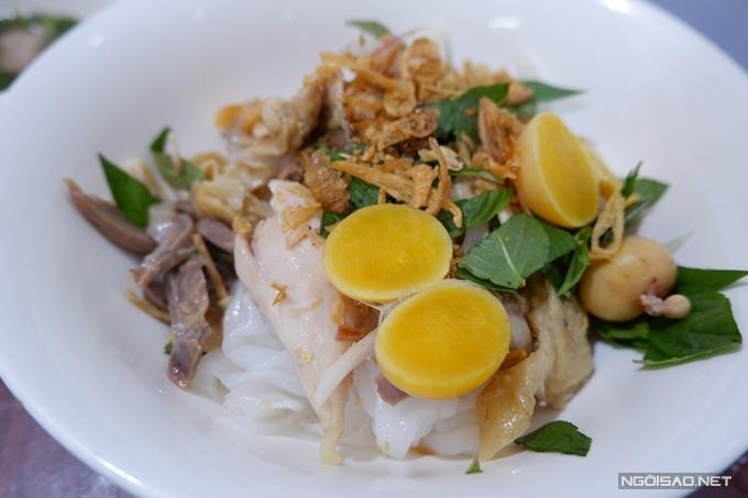 Nguyên liệu bánh ướt gồm các gia vị trứ danh của ẩm thực đường phố Việt Nam như rau răm, hành phi một ít đậu phộng rang ăn kèm các miếng lòng thơm ngon